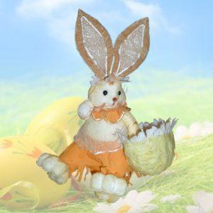 Coniglietta seduta con cesto